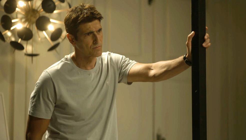 Régis (Reynaldo Gianecchini) diz a Jô (Agatha Moreira) que não quer ficar ao lado dela, na novela 'A Dona do Pedaço' — Foto: Globo
