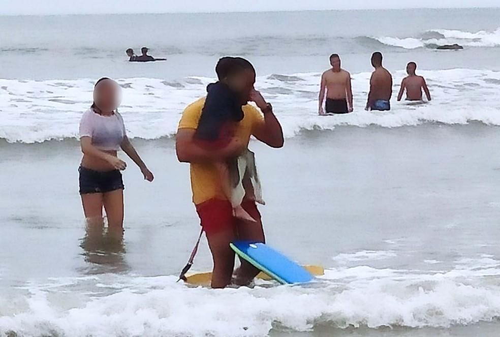 Foto registrou momento em que bombeiro enxugava as lágrimas ao se emocionar por conseguir salvar criança em Guarujá, SP — Foto: Divulgação/GBMar