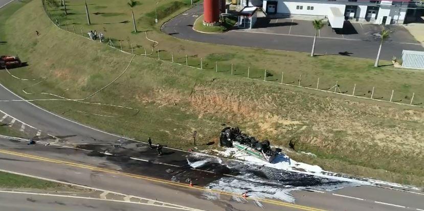 Caminhão carregado com gasolina capotou 4 vezes após colisão na SP-101, diz concessionária - Notícias - Plantão Diário