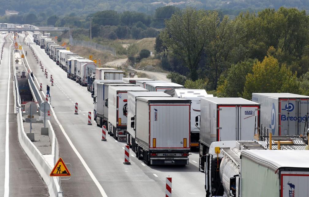 Caminhões fazem fila na rodovia em Le Boulou, perto da fronteira franco-espanhola, enquanto manifestantes catalães bloqueiam a rodovia espanhola durante a greve geral da Catalunha, nesta sexta-feira (18)  — Foto: Regis Duvignau/ Reuters