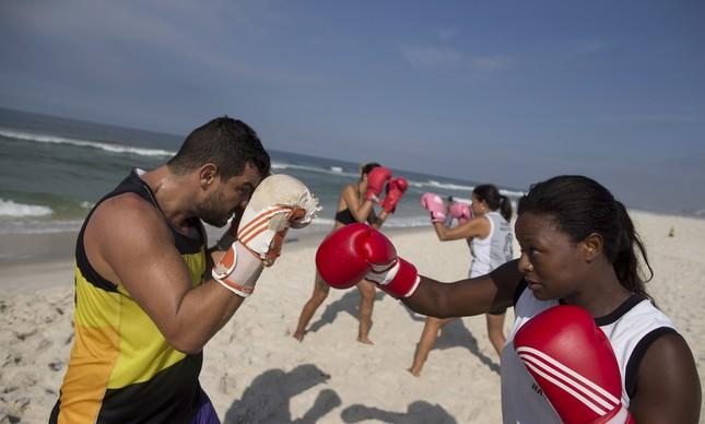 Estrela Carli troca golpes durante aula de BeachBoxing