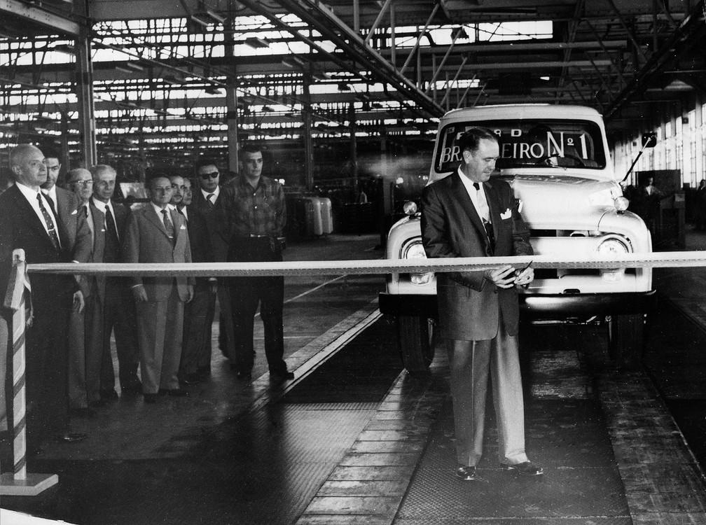 Cinco meses depois de aprovado o plano Ford pelo GEIA (Grupo Executivo da Indústria Automobilística, criado pelo governo JK), deixavam a linha de montagem do Ipiranga os primeiros Ford brasileiros construídos dentro do programa nacional de manufatura, em fevereiro de 1958 — Foto: Estadão Conteúdo/Arquivo