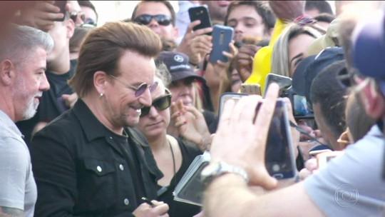 Bono surpreende fãs do U2 e dá autógrafos em fila antes de show no Morumbi