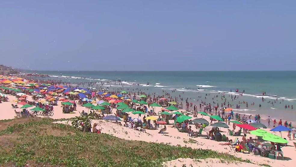 Praia do Pina, na Zona Sul do Recife, ficou lotada nesta segunda-feira (12) — Foto: Reprodução/TV Globo