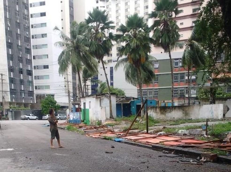 Em maio, ventania derrubou tapumes e placas no Recife — Foto: Reprodução/WhatsApp