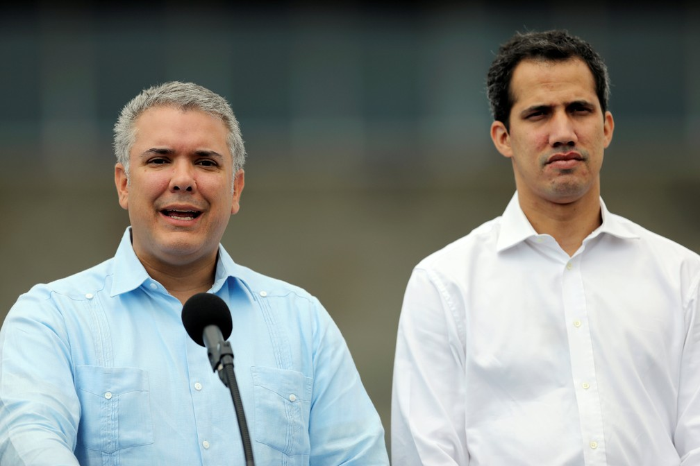 O presidente da Colômbia, Ivan Duque, discursou ao lado de Guaidó na manhã deste sábado (23), na fronteira entre o país e a Venezuela. — Foto: REUTERS/Luisa Gonzalez