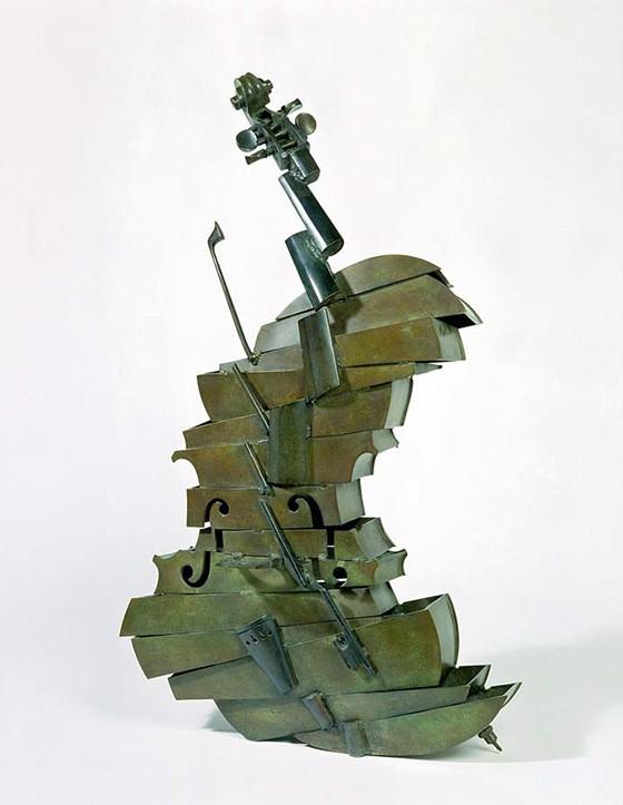 Cellomaster, peça de 1961 feita em bronze por Arman e pertencente a uma galeria de Dublin, na Irlanda (Foto: BRIDGEMAN IMAGES)