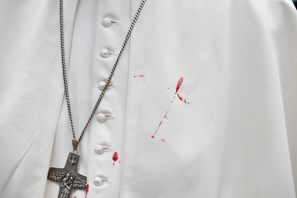 Batina do Papa ficou manchada de sangue (Foto: Alberto Pizzoli/Reuters)