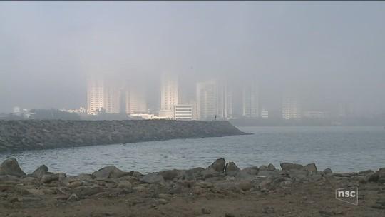 Nevoeiro marítimo causa cancelamento de voos e fechamento de portos em SC
