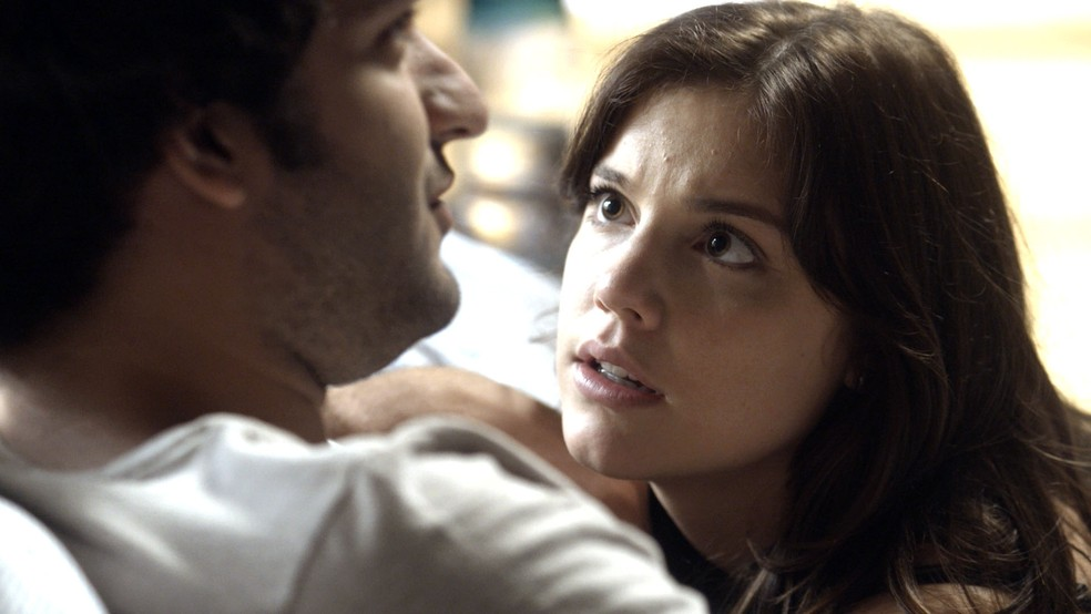 Marina se surpreende com a resposta de Tiago (Foto: TV Globo)