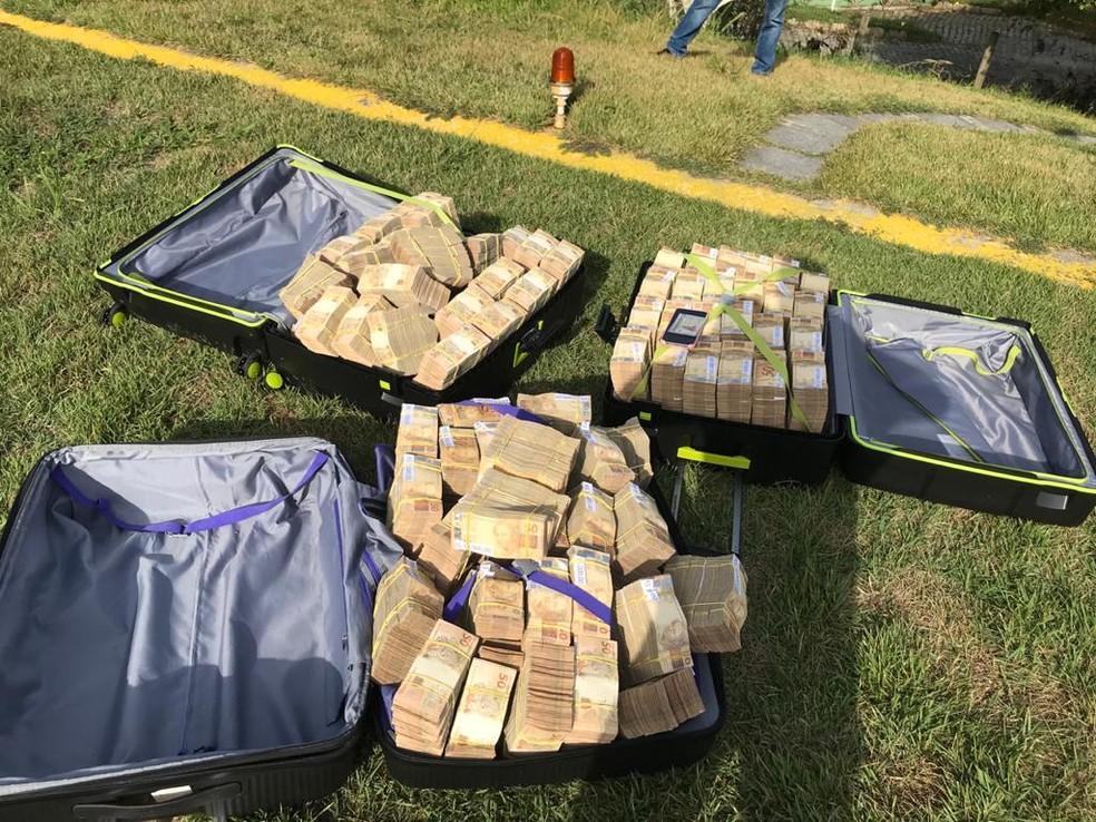 Polícia Federal apreende cerca R$ 7 milhões em Búzios, no RJ; dinheiro estava guardado em três malas — Foto: Divulgação/PF