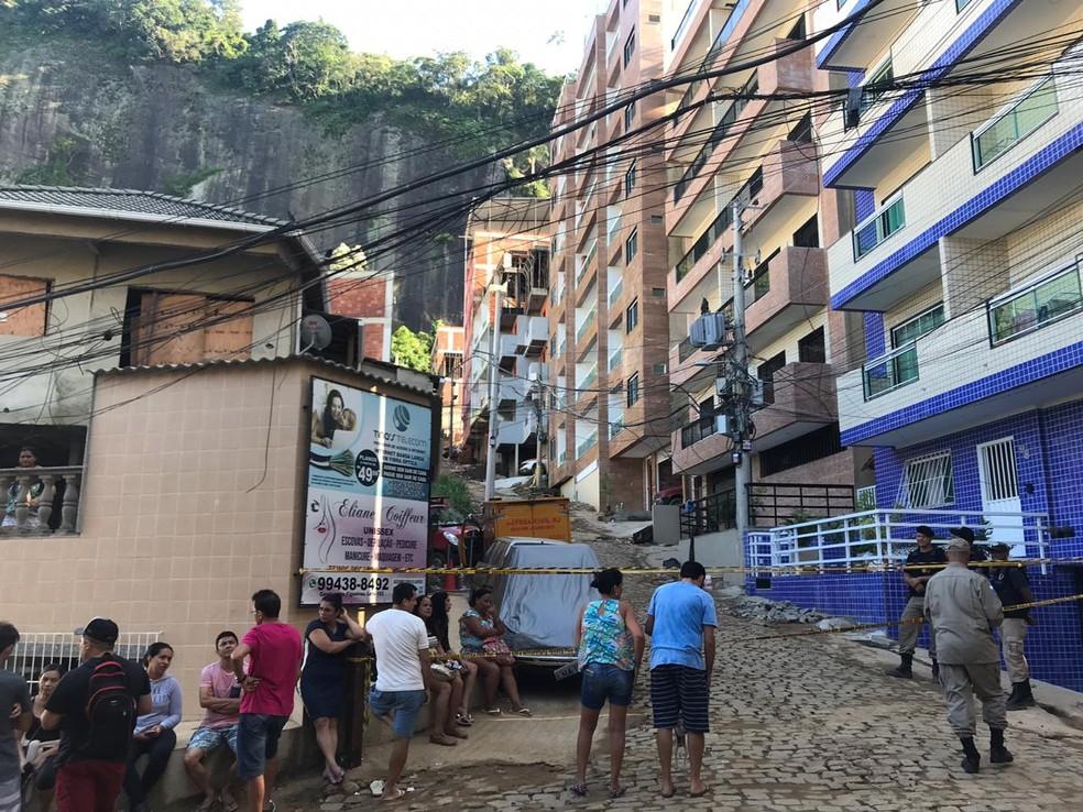 Moradores do condomínio à espera de notícias sobre os desaparecidos no desabamento neste segundo dia de buscas na Muzema, Zona Oeste do Rio — Foto: Julia Arraes/GloboNews
