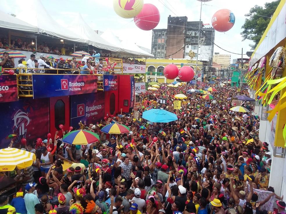 Trios elétricos arrastaram multidão pelas ruas do Centro do Recife, durante o desfile do Galo da Madrugada, neste sábado de Zé Pereira (10) (Foto: Pedro Alves/G1 PE)