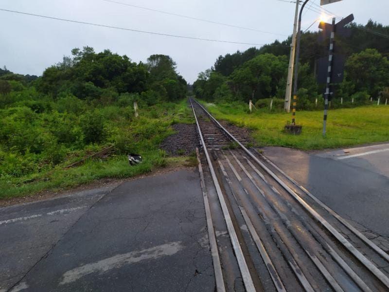 Motociclista morre após ser atingido por trem e arrastado por 50 quilômetros em SC