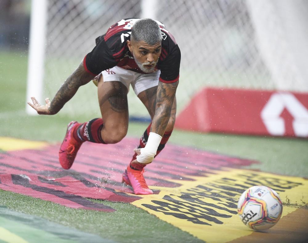 Com barba descolorida, camisa 24 e gol, Gabigol completa 300 jogos na carreira em título do Flamengo