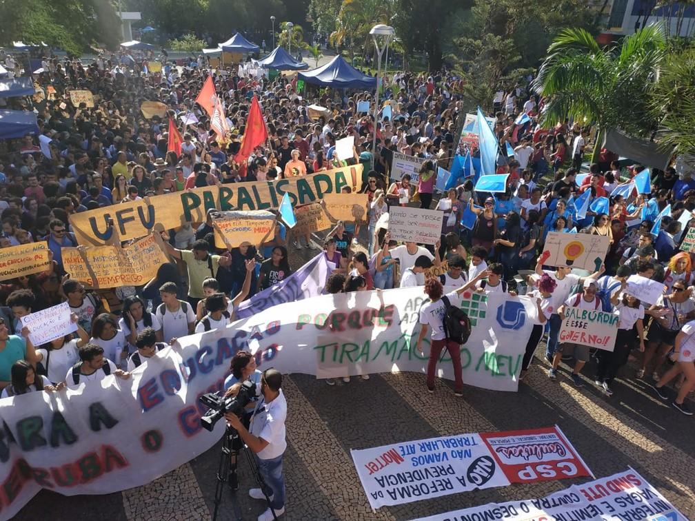 Uberlândia (MG) - Protesto contra bloqueios na educação — Foto: Paulo Borges/G1
