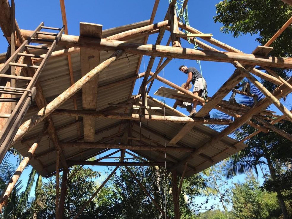 Alberto Uda monta o telhado de uma casa em Santa Catarina — Foto: Arquivo Pessoal