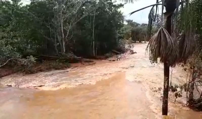 Rio transborda após chuvas intensas, assusta motoristas e compromete ponte na MT-251