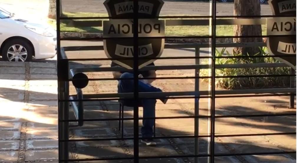 Homem ficou detido do lado de fora de delegacia para evitar a contaminação dos presos e funcionários do local, em Paranavaí  — Foto: Reprodução/RPC