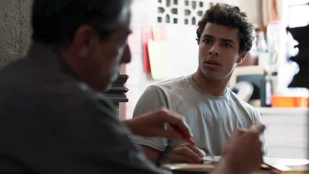 Tato (Matheus Abreu) descobre motivo de briga entre Aldo (Claudio Jaborandy) e Roney (Lucio Mauro Filho) em 'Malhação - Viva a Diferença' — Foto: Globo