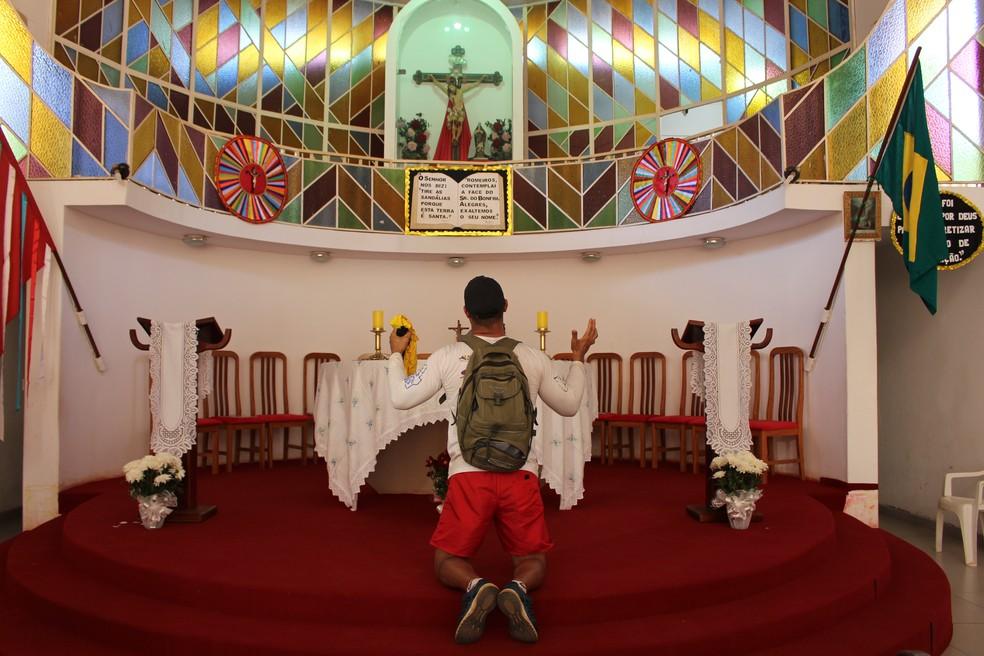 Romeiros vão até a igreja do Senhor do Bonfim agradecer graças e fazer pedidos (Foto: João Guilherme Lobasz/G1)