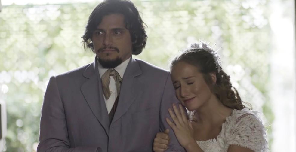 Uirapuru aparece na igreja, e Lídia toma atitude intempestiva  (Foto: TV Globo)