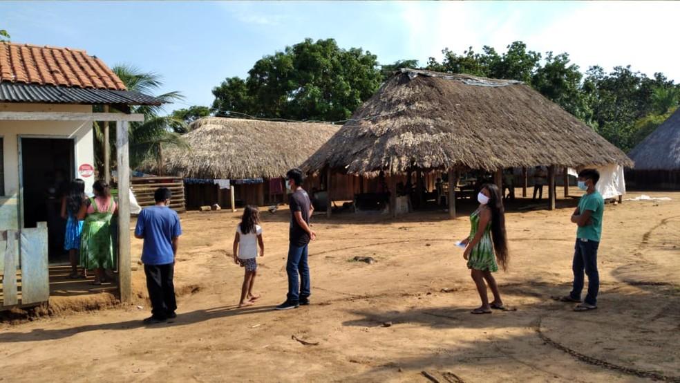 Indígenas na aldeia Sobradinho (Região do Xingu), em Marcelândia (MT), na fila para votar — Foto: TRE/MT