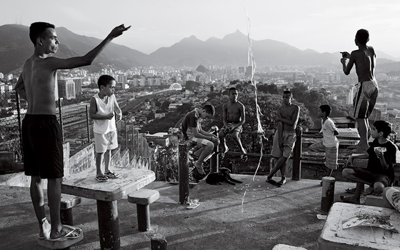 Jovens empinam pipas na favela providencia. Durante a Copa do Mundo 2014, não há escola, então os jovens têm a maior parte do dia livre (Foto: João Pina)