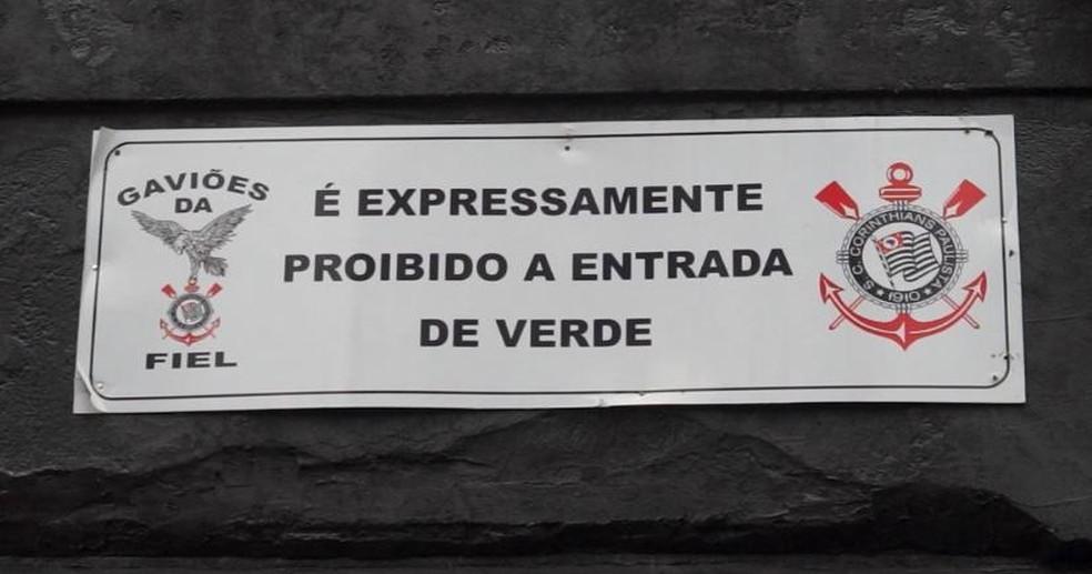 Placa na entrada da sede dos Gaviões da Fiel não deixa dúvidas...  — Foto: Diogo Venturelli