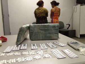 Suspeitas foram apreendidas com 300 comprimidos de Artane (Foto: Walter Paparazzo/G1)