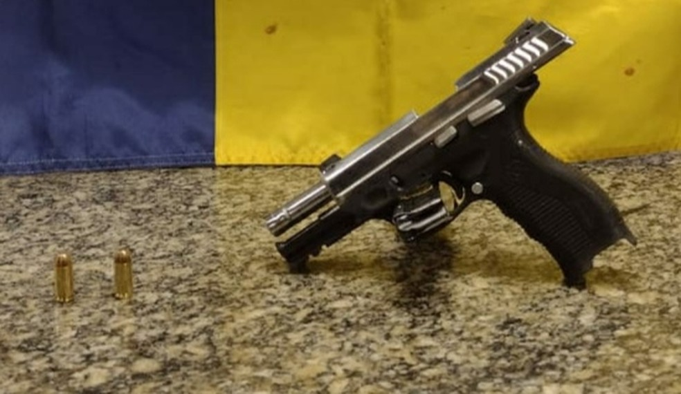 Arma e munições foram encontradas ao lado do homem — Foto: Divulgação/Polícia Militar
