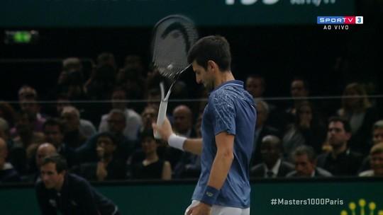 Djokovic se irrita, joga raquete no chão e leva advertência no Masters 1000 de Paris