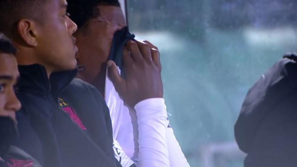 Alan não segurou o choro após ser substituído ainda no 1º tempo da partida contra a Chape, em 14 de junho (Foto: Reprodução)