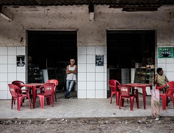 Única testemunha do assassinato, Luiz Penco (em pé) é o dono do bar onde Renê Senna levou quatro tiros em 7 de janeiro de 2007 (Foto: Stefano Martini/Agência O Globo)