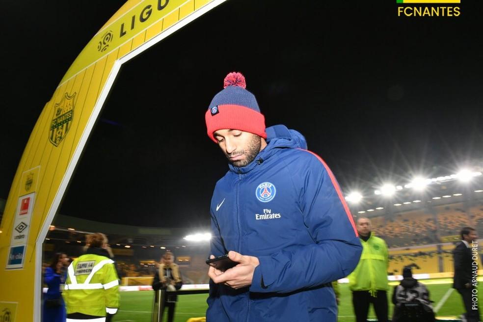 0f18ce44d1e25 ... Lucas Moura mexe no celular antes do jogo do PSG contra o Nantes — Foto: