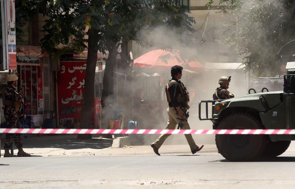 Forças de segurança chega à embaixada do Iraque em Cabul, no Afeganistão, nesta segunda-feira (31)  (Foto: Massoud Hossaini/ AP)