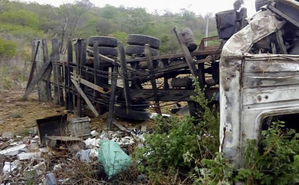 Acidente aconteceu na BR-424 em Venturosa (Foto: Divulgação/WhasApp)