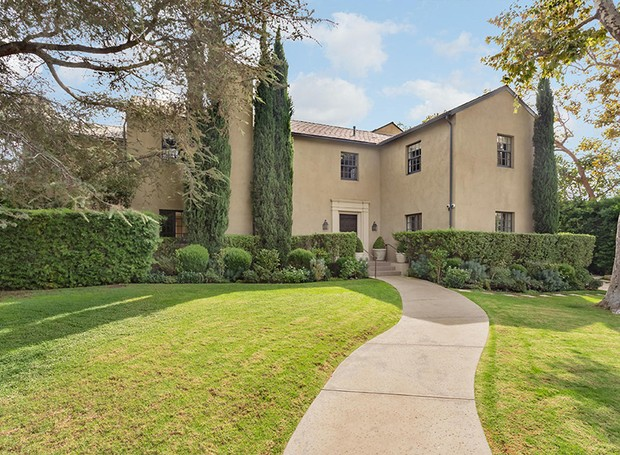 Os jardins bem cuidados e os arbustos valorizam a arquitetura da mansão (Foto: Berkshire Hathaway HomeServices/ Reprodução)
