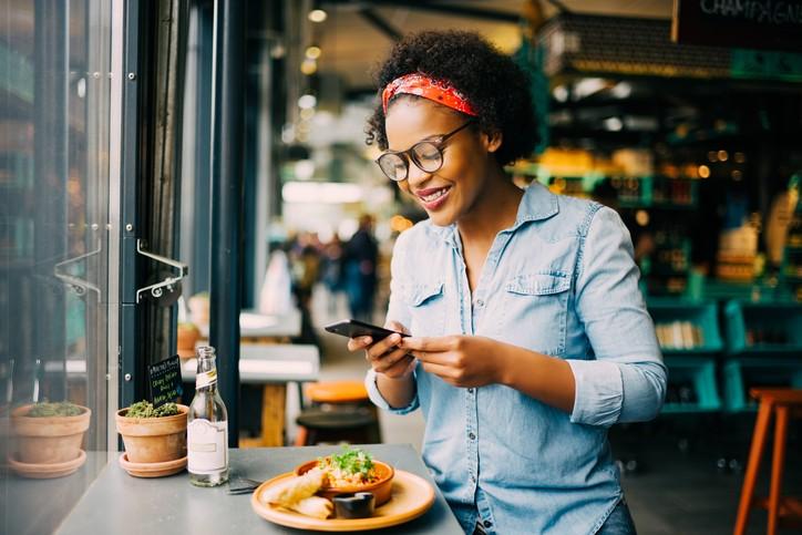 Com o geomarketing o consumidor é alertado por SMS de promoções da loja onde está (Foto: Thinkstock)