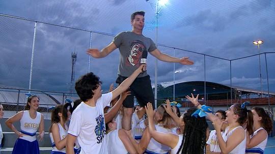 Jonas Almeida encara treino das cheerleaders de  Taubaté