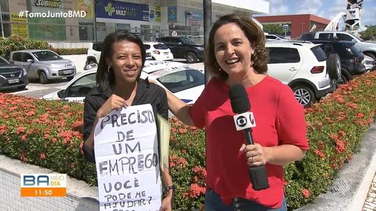 Mulher faz apelo na rua para tentar conseguir emprego
