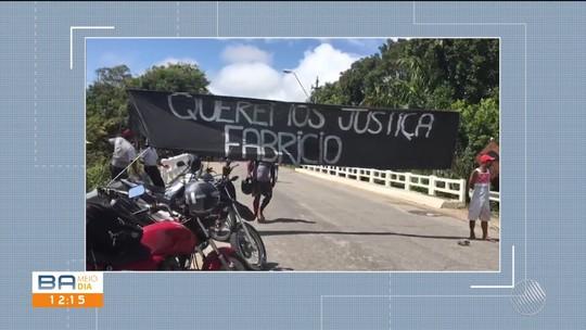 Familiares de jovem desaparecido protestam e bloqueiam rodovia no sul da Bahia