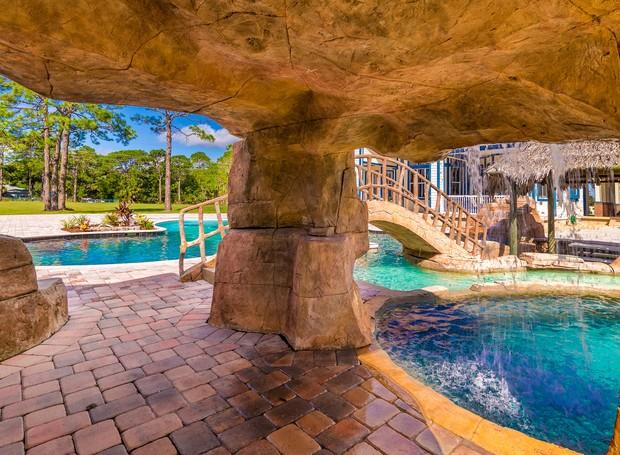 A piscina conta com uma caverna (Foto: Treasure Coast Sotheby's International Realty/ Reprodução)