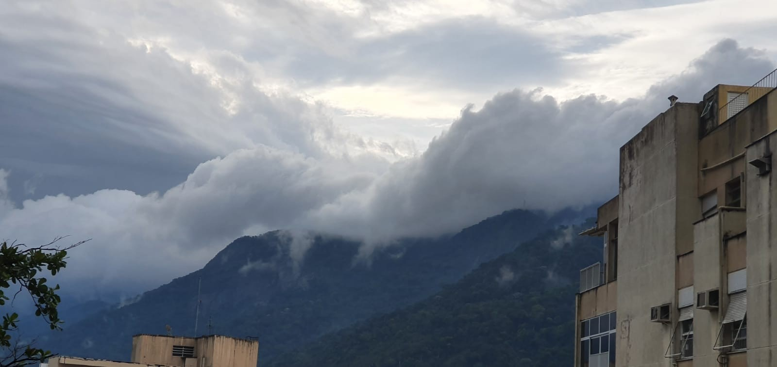 Tempo vira no Rio e traz chuva e vento na tarde de domingo