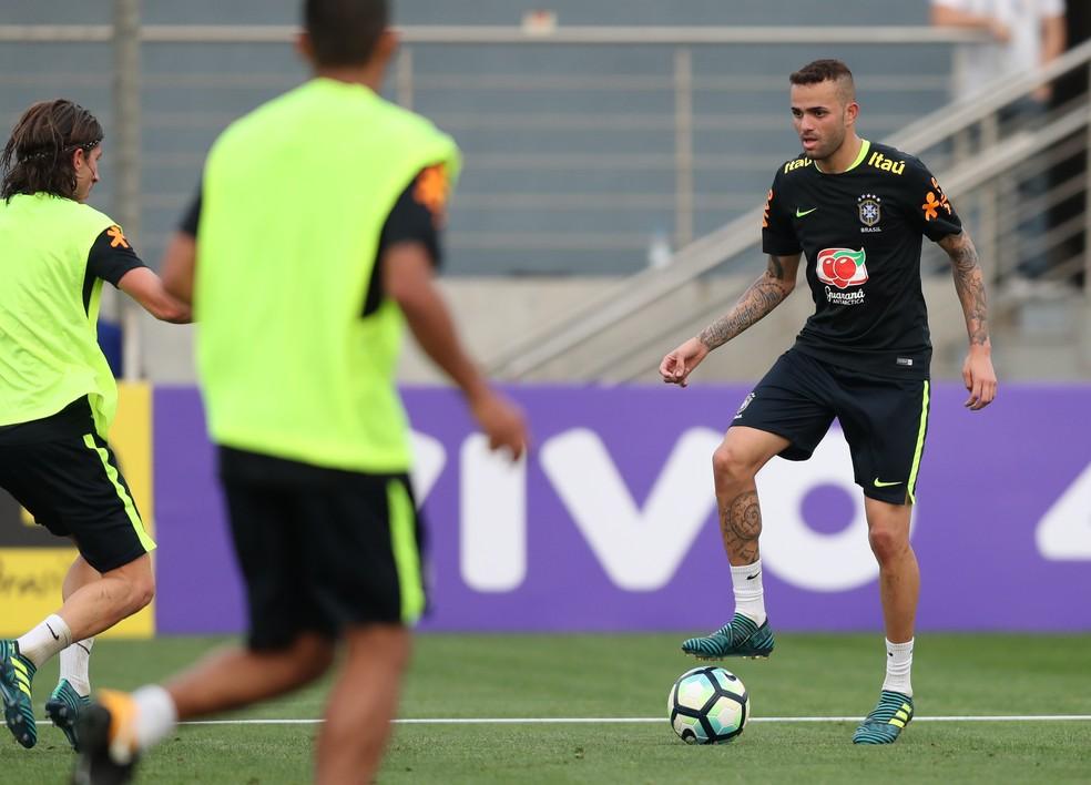 ... Luan encara marcação em treino da seleção brasileira — Foto  Lucas  Figueiredo   CBF ffa2b0a0e9f27