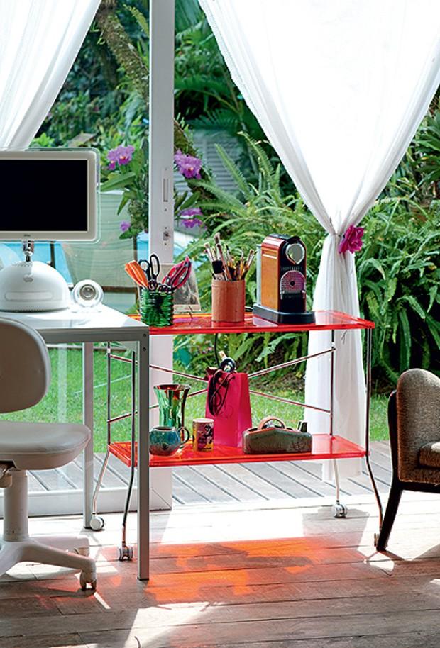 Se não há espaço para mesa e armário, o seu home office pode ser improvisado. Basta uma pequena escrivaninha e um carrinho para acompanhar (Foto: Iara Venanzi)