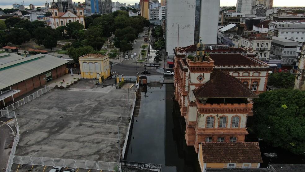 Água invadiu estacionamento do Prédio da Alfândega, no Centro da capital.   — Foto: William Duarte/Rede Amazônica