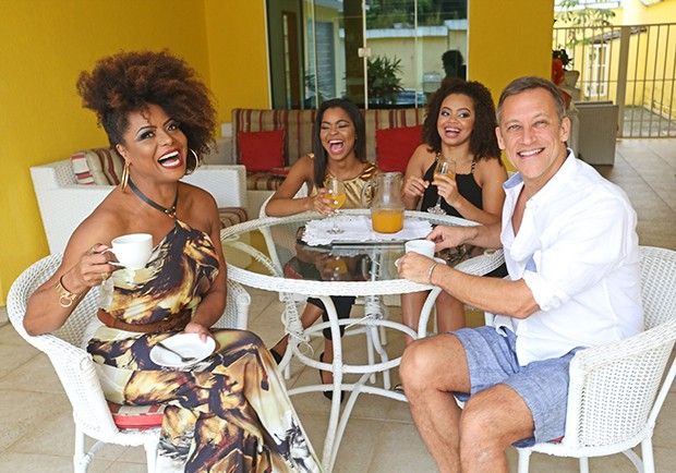 Adriana Bombom com o noivo, Adrien Cunha, e as filhas, Thalita e Olivia (Foto: Reginaldo Teixeira / Ed. Globo)