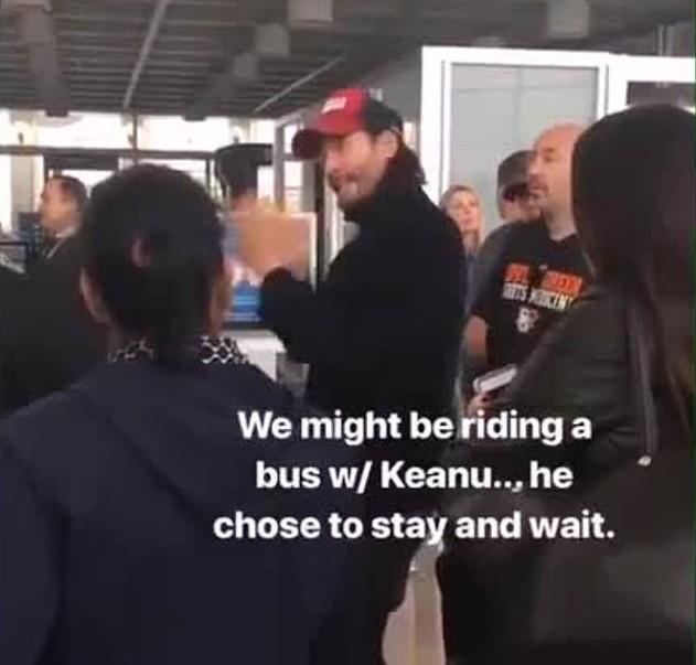 O flagrante feito por um fã mostrando o ator Keanu Reeves pegando um ônibus após o avião no qual ele estava precisar fazer um pouso de emergência no interior da Califórnia (Foto: Instagram)
