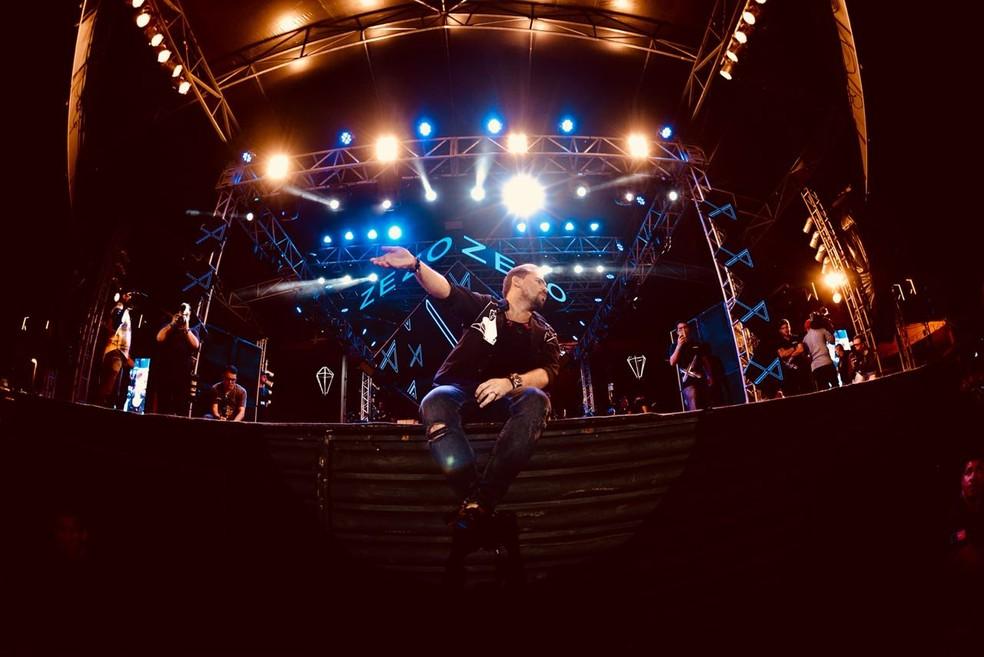 Xand Avião desceu do palco para tirar fotos com fãs na arena de shows do São João 2018 de Campina Grande (Foto: Emanuel Tadeu/Aliança)